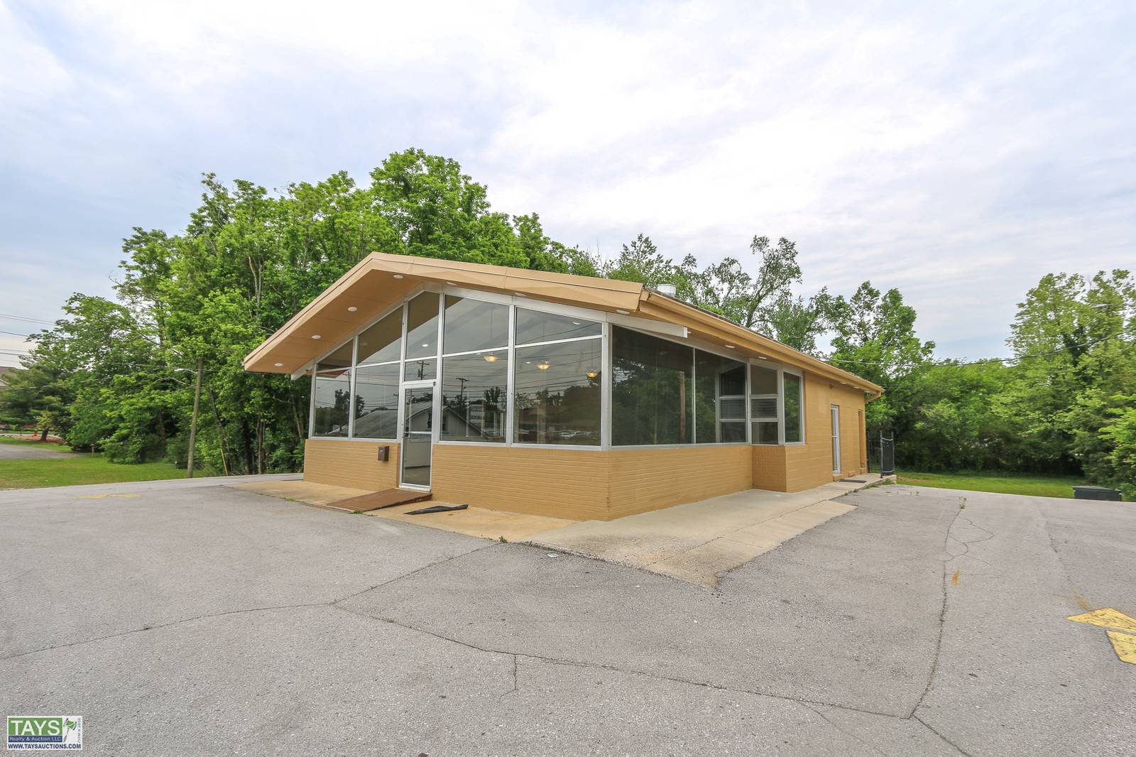 ONLINE ABSOLUTE AUCTION: COMMERCIAL BUILDING ON 0.75 Ac±